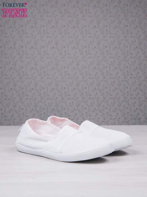 Białe baleriny Comfy z półbłyszczącego siateczkowego materiału z przeszyciami                                  zdj.                                  2