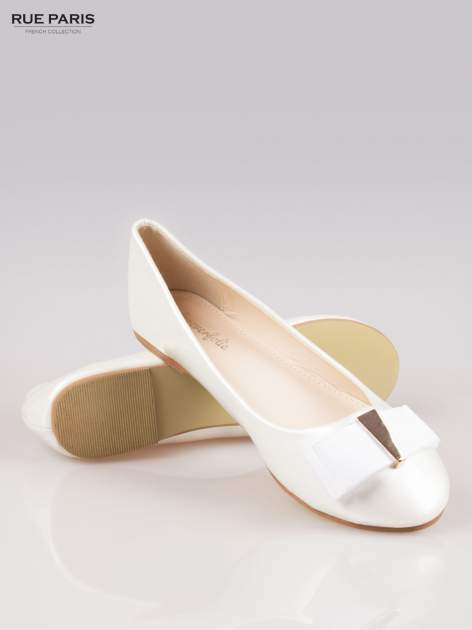 Białe błyszczące balerinki faux leather Melanie z kokardką                                  zdj.                                  4