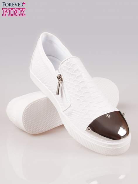 Białe buty slip on Mia z efektem skóry krokodyla i srebrnym czubkiem                                  zdj.                                  4