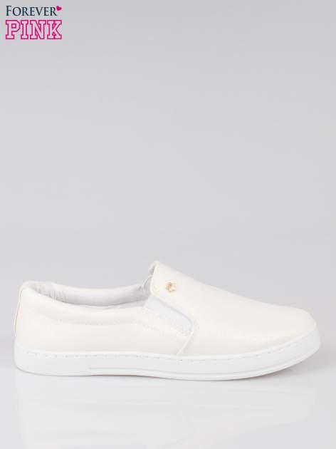 Białe buty sliponki glitter