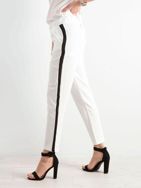 Białe damskie spodnie z lampasami                              zdj.                              3