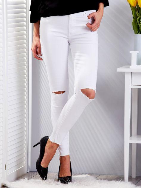 Białe dopasowane spodnie jeansowe z rozdarciami                              zdj.                              1