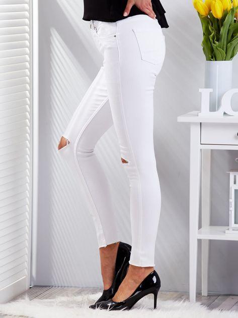 Białe dopasowane spodnie jeansowe z rozdarciami                              zdj.                              5