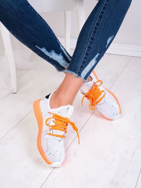 Białe dzianinowe buty sportowe z neopomarańczowymi elementami                              zdj.                              1