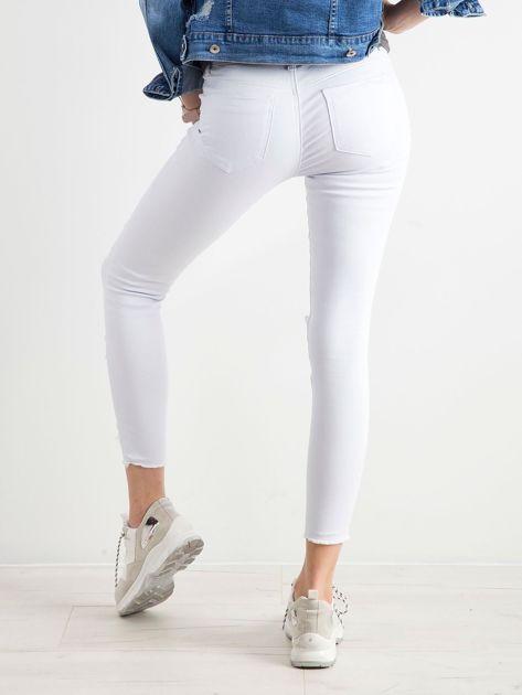 Białe jeansy skinny z dziurami                              zdj.                              2