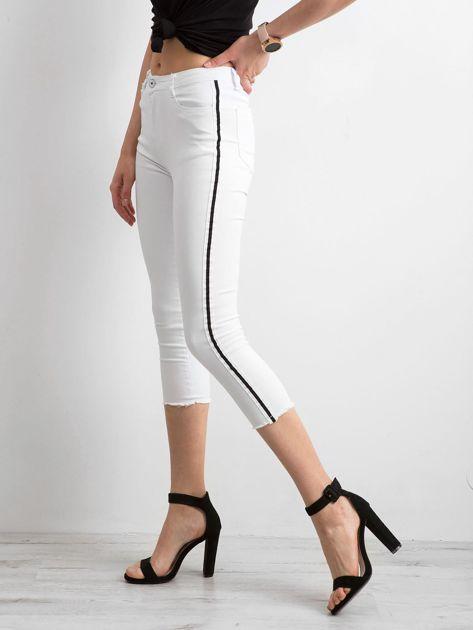 Białe jeansy skinny z lampasem                              zdj.                              1
