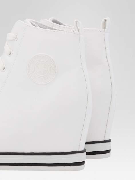 Białe klasyczne sneakersy damskie                                  zdj.                                  7