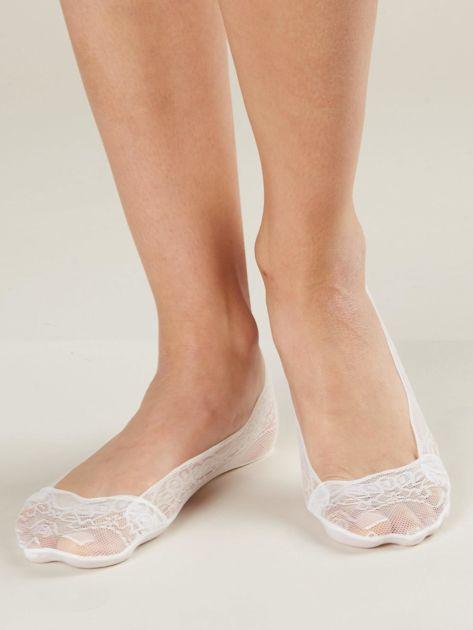 Białe koronkowe stopki