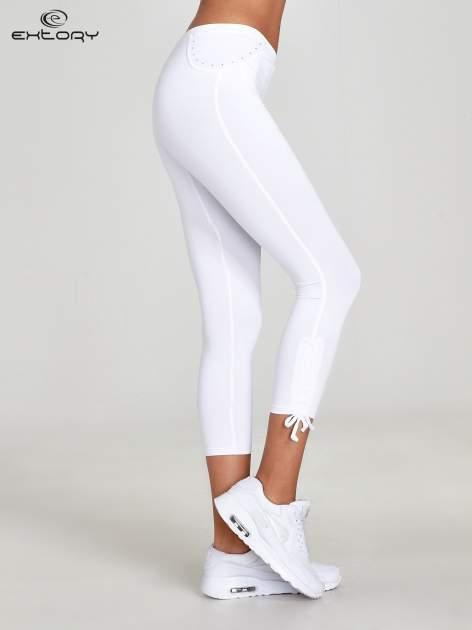 Białe legginsy sportowe termalne z dżetami i ściągaczem                                  zdj.                                  2