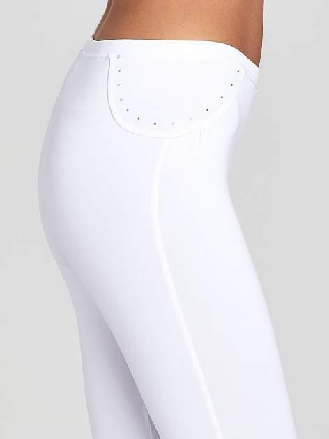 Białe legginsy sportowe termalne z dżetami i ściągaczem                                  zdj.                                  5
