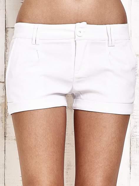 Białe materiałowe szorty z podwijaną nogawką                                  zdj.                                  2