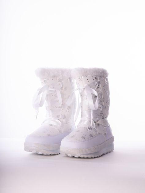 Białe pikowane śniegowce w srebrne gwiazdki sznurowane tasiemką                              zdj.                              4
