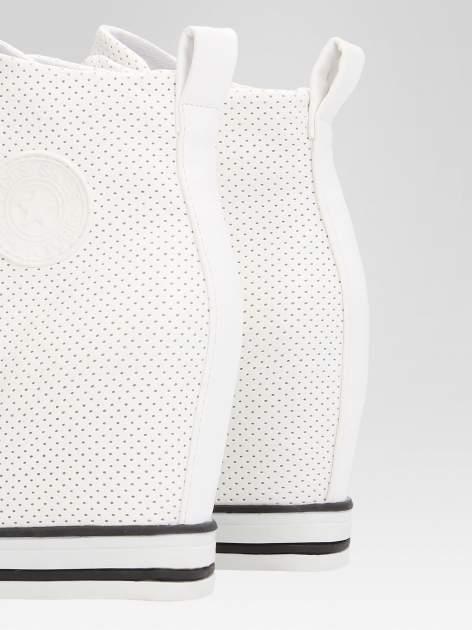 Białe sneakersy damskie z siateczką                                  zdj.                                  6