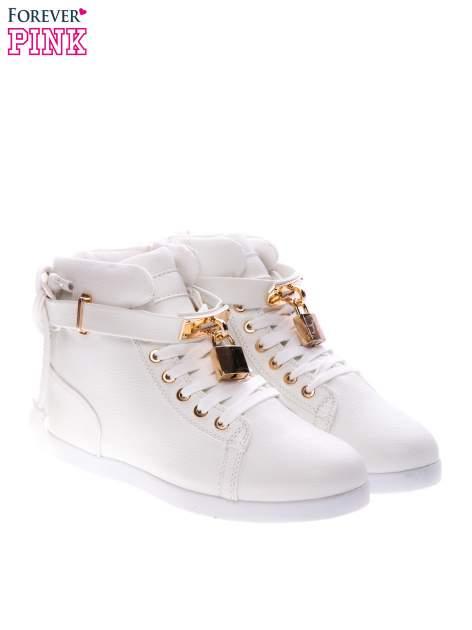 Białe sneakersy do kostek ze złotą kłódką                                  zdj.                                  2
