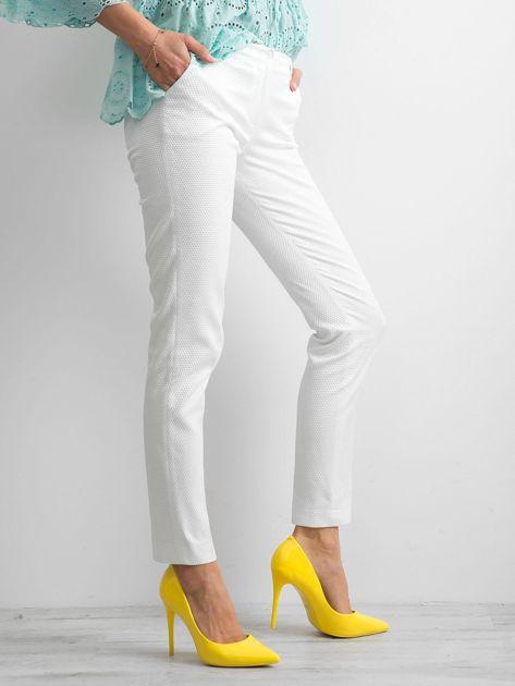 Białe spodnie damskie o prostym kroju                              zdj.                              3