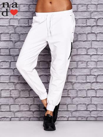 Białe spodnie dresowe z zasuwaną kieszonką                              zdj.                              1