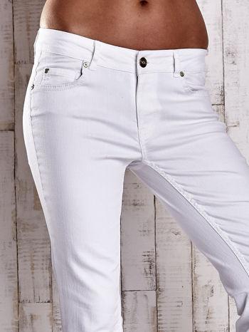 Białe spodnie jeansowe flared                                  zdj.                                  4