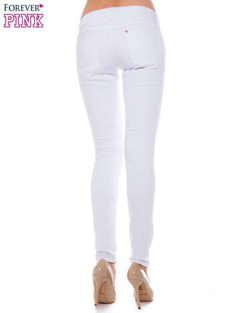 Białe spodnie jeansowe typu rurki                                  zdj.                                  3