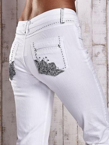 Białe spodnie regular jeans z ciemniejszymi naszyciami                                  zdj.                                  6