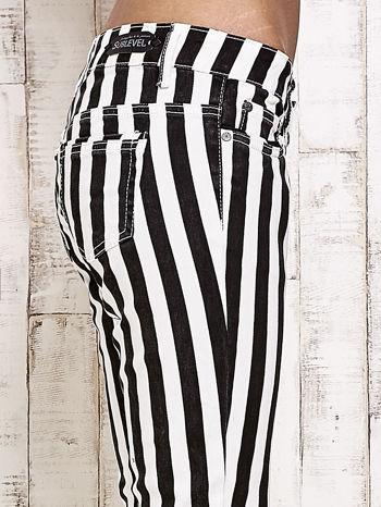Białe spodnie rurki w czarne pionowe pasy                                  zdj.                                  5