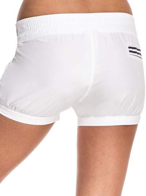 Białe szorty damskie w stylu marynarskim                                  zdj.                                  2