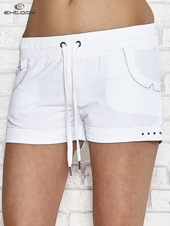Białe szorty sportowe z kieszonkami i dżetami