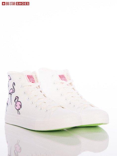 Białe trampki Big Star z wyższą cholewką i haftowanymi wzorami flamingów na boku cholewki                                  zdj.                                  1
