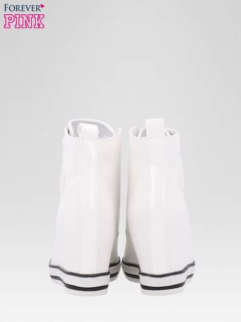 Białe trampki na koturnie w stylu sneakersów                                  zdj.                                  3