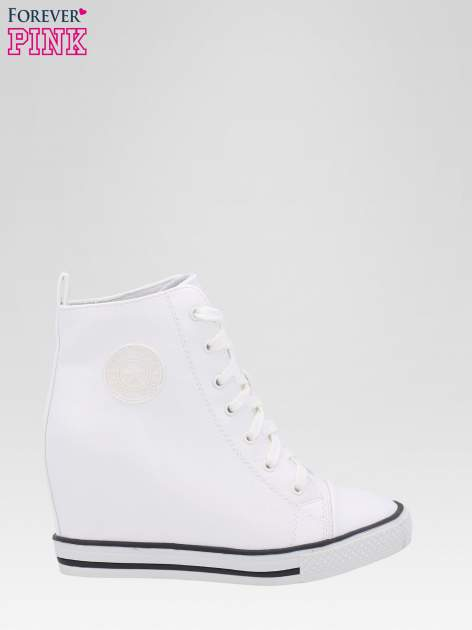 Białe trampki na koturnie w stylu sneakersów                                  zdj.                                  1