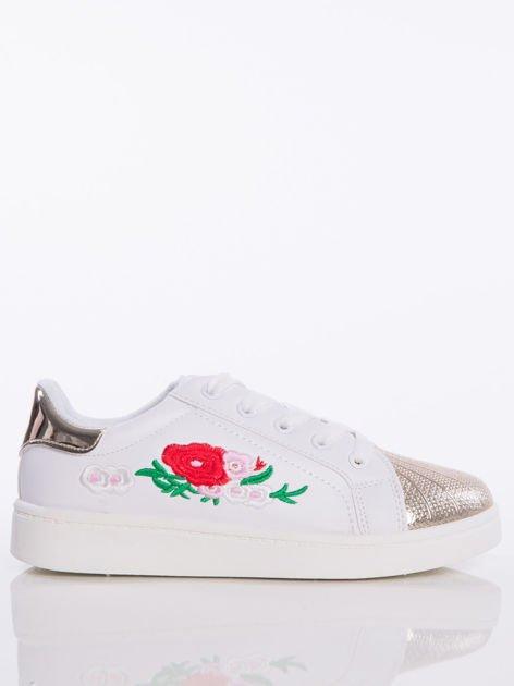 Białe trampki z ozdobnym haftem w kształcie kwiatów i lustrzanozłotym przodem buta