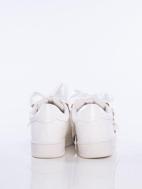 Białe zamszowe trampki z ozdobnymi satynowymi tasiemkami i perełkami na cholewce                                  zdj.                                  3