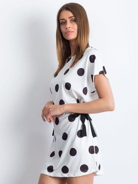 Biało-czarna sukienka oversize w grochy z wiązaniem                              zdj.                              3