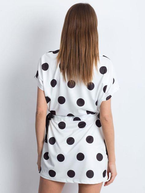 Biało-czarna sukienka oversize w grochy z wiązaniem                              zdj.                              2