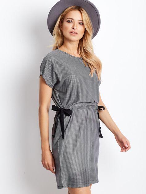 Biało-czarna sukienka w kratę z wiązaniem                              zdj.                              1