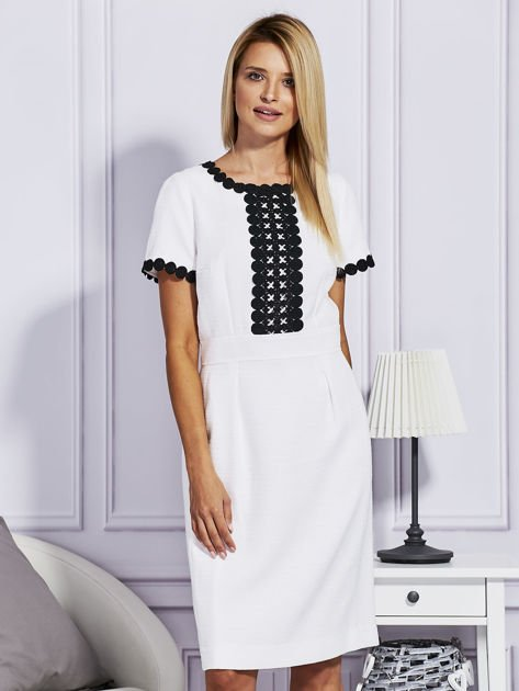 Biało-czarna sukienka z ozdobnym wykończeniem                              zdj.                              1