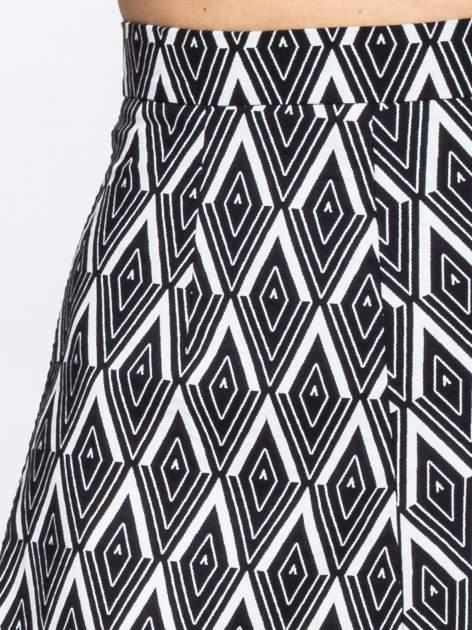 Biało-czarna trapezowa spódnica w geometryczne wzory w stylu op-art                                  zdj.                                  7