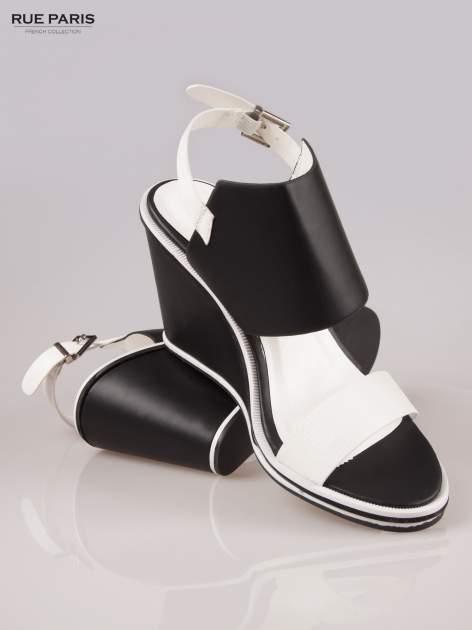 Biało-czarne koturny faux leather Genteel two tone z odkrytą piętą                                  zdj.                                  4