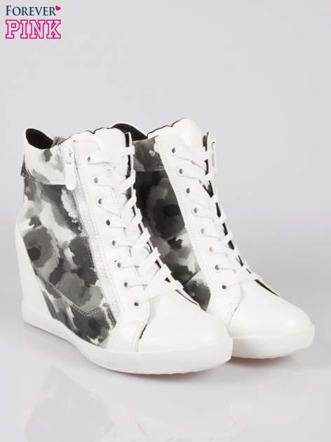 Biało-czarne sneakersy damskie z motywem floral                                  zdj.                                  2