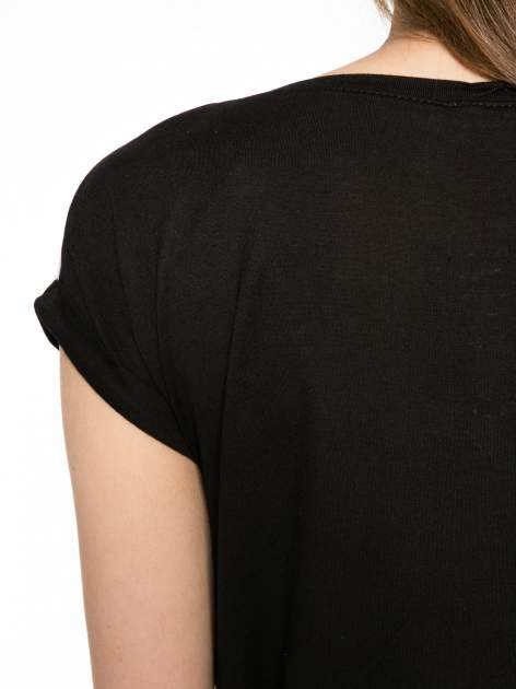 Biało-czarny t-shirt z nadrukiem piórek zdobionych dżetami                                  zdj.                                  10