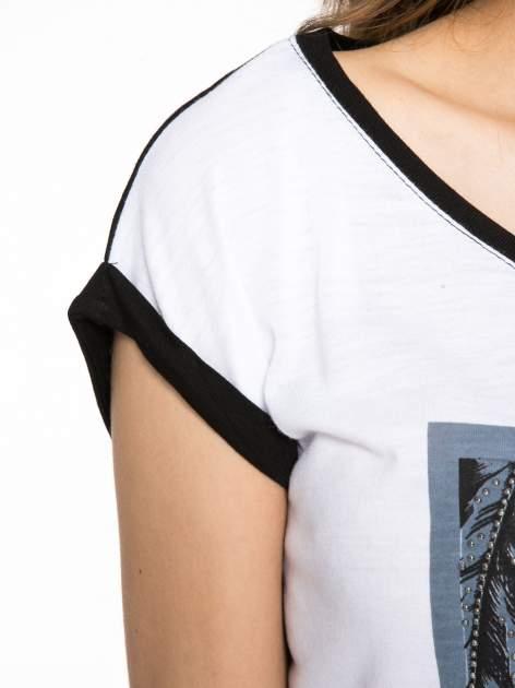 Biało-czarny t-shirt z nadrukiem piórek zdobionych dżetami                                  zdj.                                  5