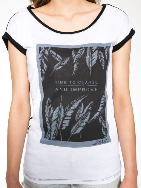 Biało-czarny t-shirt z nadrukiem piórek zdobionych dżetami                                  zdj.                                  7