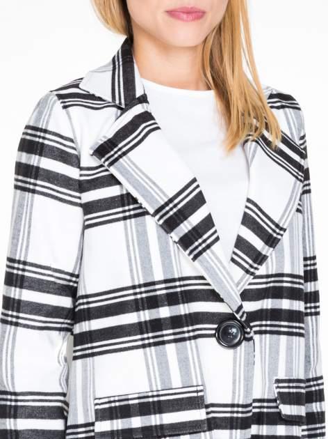 Biało-czarny wełniany płaszcz w kratę zapinany na jeden guzik                                  zdj.                                  5