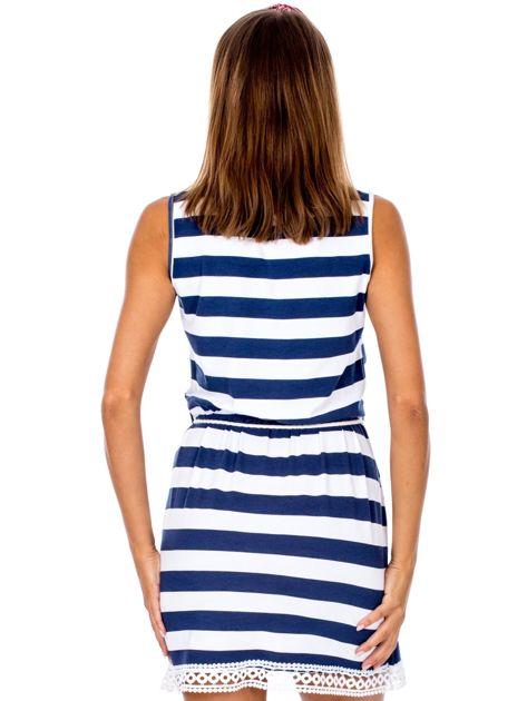 Biało-granatowa sukienka w paski z koronkowym wykończeniem                              zdj.                              2