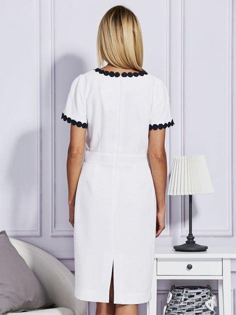 Biało-granatowa sukienka z ozdobnym wykończeniem                                  zdj.                                  2