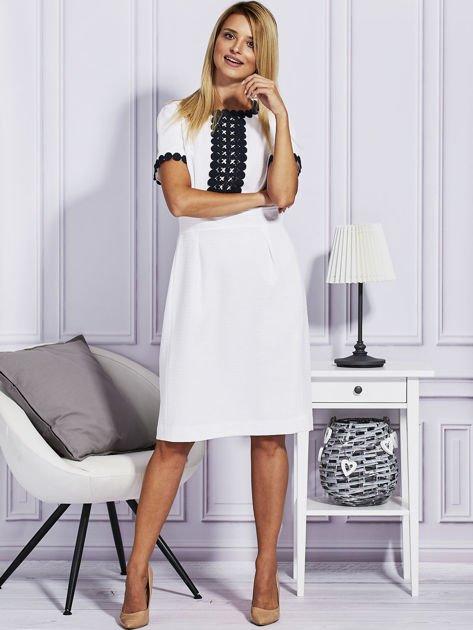 Biało-granatowa sukienka z ozdobnym wykończeniem                                  zdj.                                  4