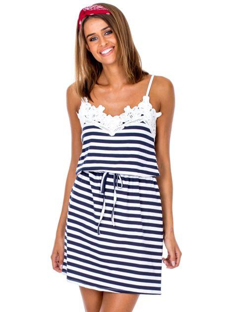 Biało-granatowa sukienka z wiązaniem w paski                              zdj.                              1