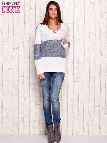 Biało-niebieski sweter z wiązaniem przy dekolcie                                  zdj.                                  2