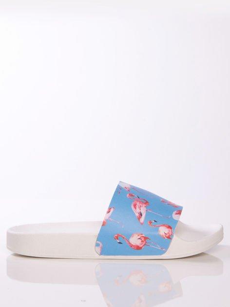 Biało-niebieskie klapki z ozdobnym nadrukiem w flamingi                               zdj.                              1