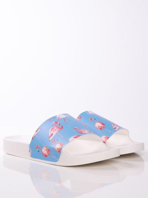 Biało-niebieskie klapki z ozdobnym nadrukiem w flamingi                               zdj.                              2