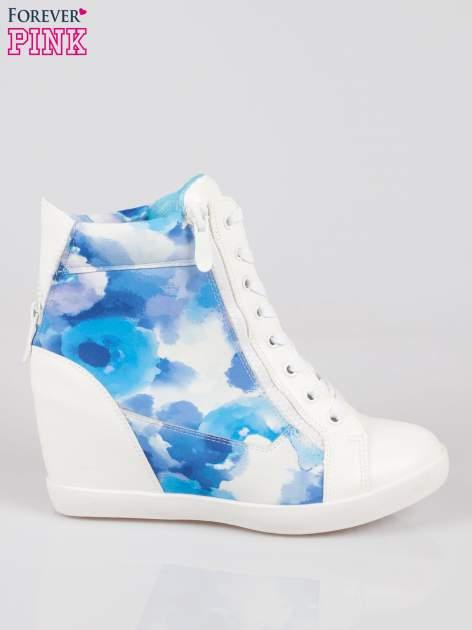 Biało-niebieskie sneakersy damskie z motywem floral                                  zdj.                                  1
